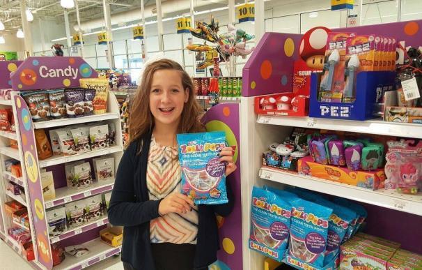 Fotografía de Alina Morse con sus piruletas Zollipops.