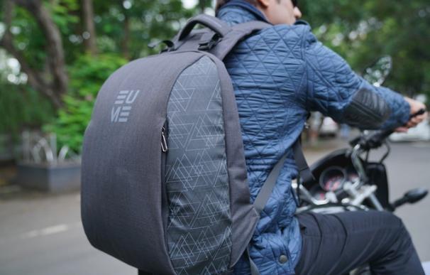 Fotografía de la Eume Backpack, la mochila masajeadora con cargador de móvil.