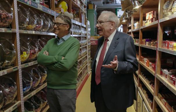 Fotografía de Bill Gates junto a Warren Buffett.