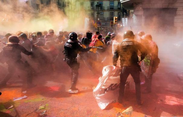 Los Mossos d´Esquadra han cargado en Barcelona contra grupos de independentistas que pretendían llegar a la sede de la Jefatura Superior de Policía (EFE)