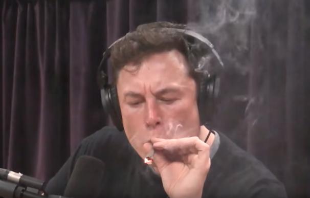Elon Musk fumando marihuana en un programa de radio