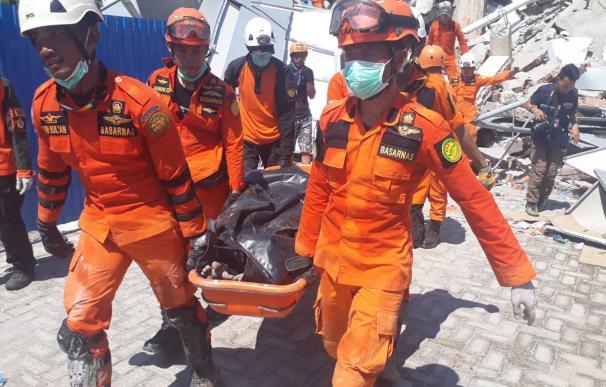 Imagen facilitada por la Agencia Nacional de Búsqueda y Rescate de Indonesia que muestra a los rescatistas llevando los cuerpos de las víctimas del terremoto y tsunami en Palu. (EFE)