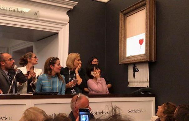 La obra se hizo trizas al pasar por una trituradora de papel instalada en la parte inferior del marco (Foto: Banksy)