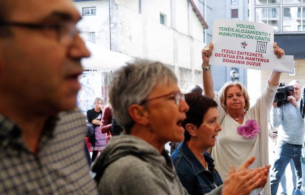 La presidenta de Covite, Consuelo Ordóñez (d), acompañada de otras dos víctimas, ha irrumpido hoy en el acto organizado por la iniciativa 'Kalera Kalera' . EFE/Javier Etxezarreta