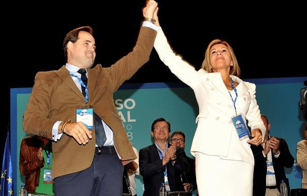 La presidenta saliente del PP de Castilla-La Mancha, María Dolores de Cospedal, junto a su sucesor en el cargo, Francisco Núñez, hoy en Albacete. EFE/Manu