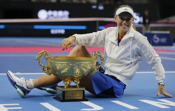 Caroline Wozniacki posa con su trofeo después de ganar la final contra Anastasija Sevastova en Beijing, China, el 7 de octubre de 2018. ( EFE / EPA / WU HONG)