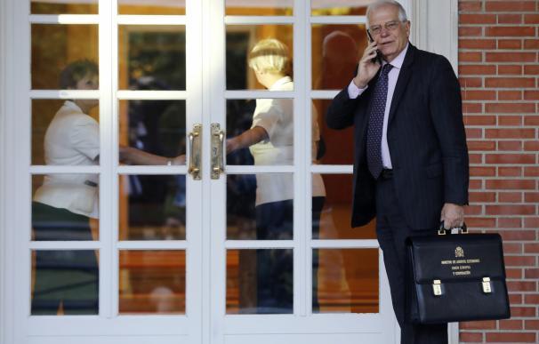 Borrell en la puerta de La Moncloa