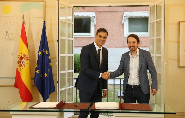 Pedro Sánchez y Pablo Iglesias tras la firma, en La Moncloa, del acuerdo sobre los Presupuestos Generales del Estado para 2019.