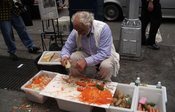 Fotografía de Joe Ades, vendedor de peladores de patatas en Nueva York.