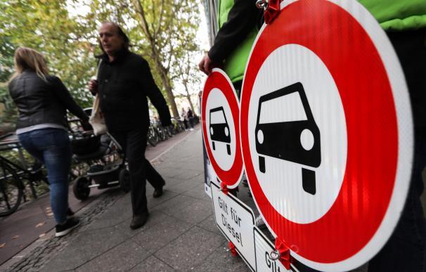 Carteles contra el uso de vehículos diésel colocadosante el Tribunal Administrativo de Berlín