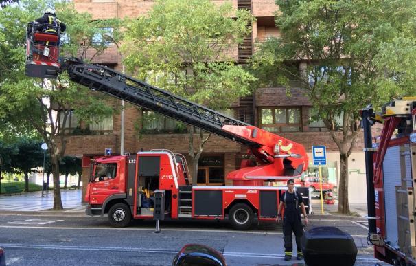 Los bomberos intervienen en un incendio en una vivienda de Pamplona