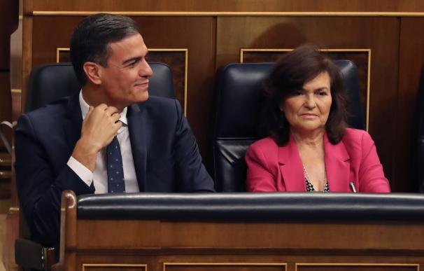 Pedro Sánchez y Carmen Calvo, en la sesión de control del Congreso