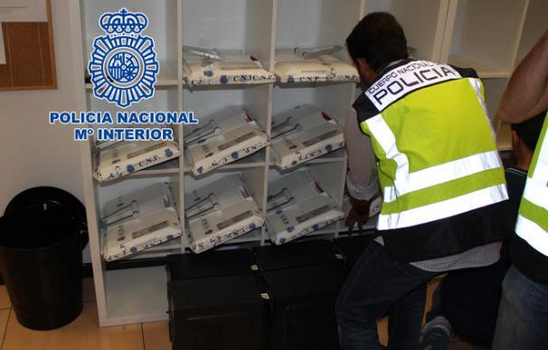 Fotografía facilitada por la Policía Nacional del registro de una clínica iDental. EFE/Policía