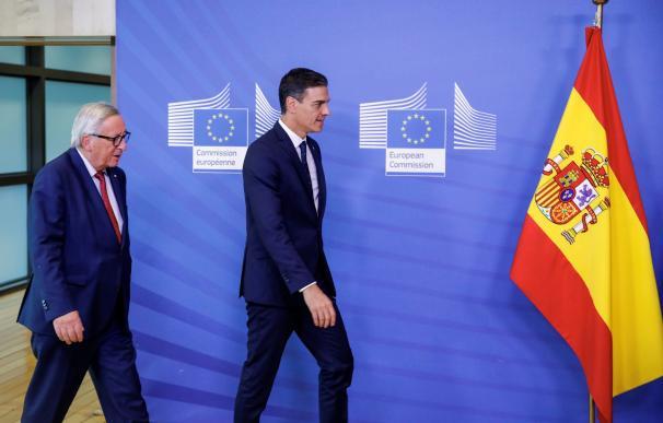 El presidente del Gobierno español, Pedro Sánchez (d), durante el encuentro con el presidente de la Comisión Europea, Jean-Claude Juncker, hoy en Bruselas. EFE/ Elio Germani