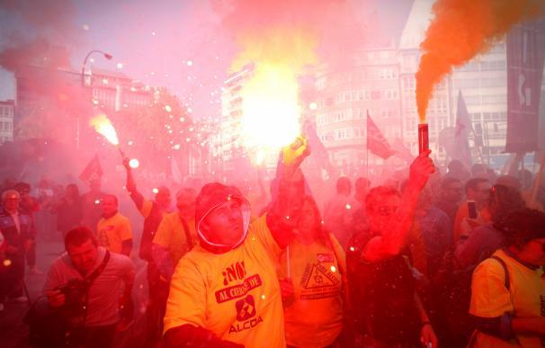 Manifestación en A Coruña convocada por el comité de empresa de Alcoa para protestar contra el anuncio de cierre de esta planta y de otra más en Avilés (Asturias). EFE/Cabalar