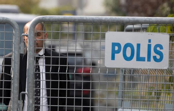 Un miembro de los servicios de seguridad permaecenfrente al Consulado saudí en Estambul