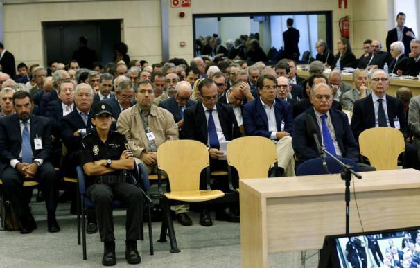 Vista de los acusados en el juicio de las tarjetas 'black', con Rodrigo Rato y Miguel Blesa en segunda fila (EFE)