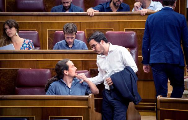 Iglesias y Garzón charlan durante la sesión del Congreso.