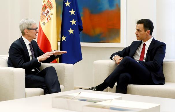 El presidente del Gobierno y Tim Cook durante su encuentro en Moncloa.