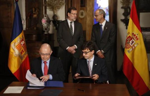 Cristóbal Montoro firmando convenio con Andorra / Moncloa