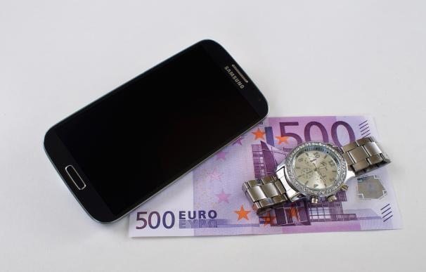 Fotografía de un móvil con un billete de 500 euros.