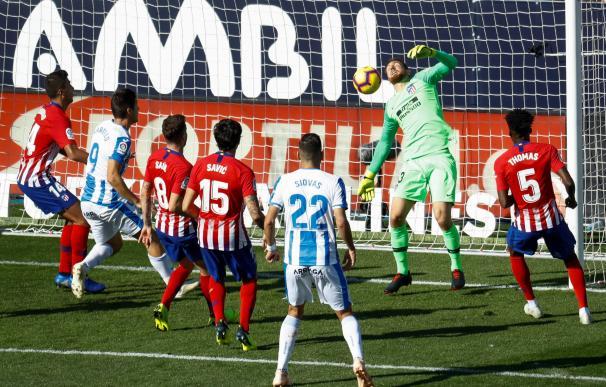 El delantero del Leganés Guido Carrillo (2i) marca en la portería del Atlético de Madrid en el estadio de Butarque. EFE/ Emilio Naranjo