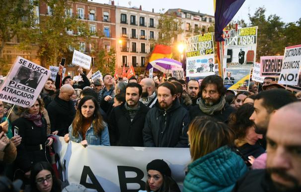 El secretario general de Podemos, Pablo Iglesias (2d), el coordinador general de Izquierda Unidad, Alberto Garzón (2i), la portavoz adjunta de Unidos Podemos en el Congreso, Ione Belarra (i), y el diputado y secretario de Sociedad Civil y Movimiento Popul