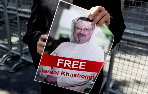 Manifestantes a las afueras del consulado para protestar contra la desaparición del periodista Jamal Khashoggi.EFE