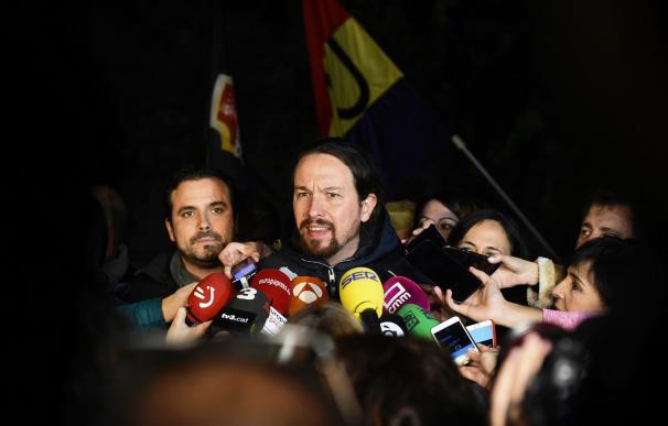 El secretario general de Podemos, Pablo Iglesias, junto al coordinador general de Izquierda Unidad, Alberto Garzón (EFE)