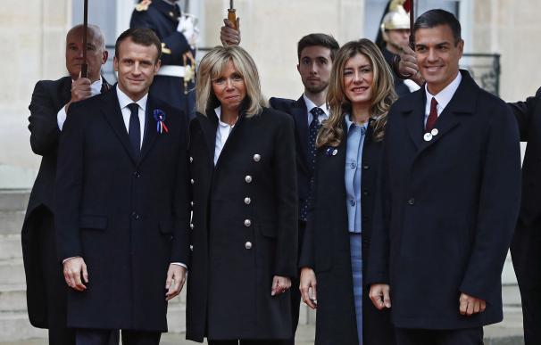 El presidente francés Emmanuel Macron y su esposa Brigitte Macron reciben al presidente Pedro Sánchez y a su esposa, Begoña Gómez en el Palacio del Elíseo.EFE/EPA/CHRISTOPHE PETIT TESSON
