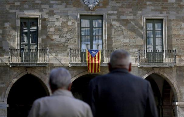 Imagen de archivo de la fachada del Ayuntamiento de Manresa (Barcelona) con la bandera estelada en el balcón . EFE/Susanna Sáez