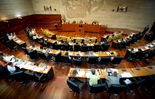PSOE e IU sacan adelante la propuesta para que el Parlamento extremeño recurra ante el TC el cambio de la 'ecotasa'
