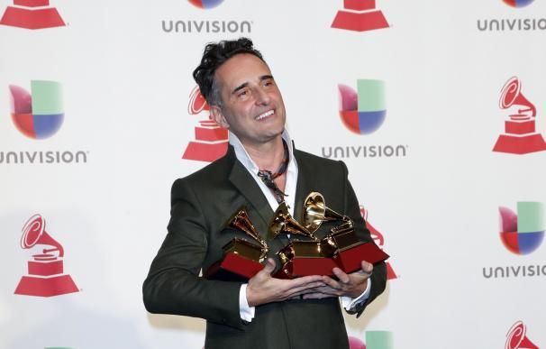 El triple ganador, Jorge Drexler, posa con sus premios