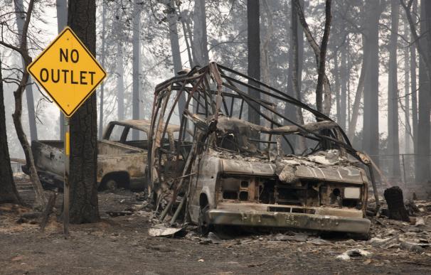 Un vehículo quemado en el patio de una casa de Paradise, California (EFE/EPA/PETER DASILVA)