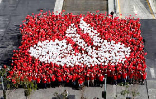 Trabajadores del Santander componiendo el logo de la entidad / Santander