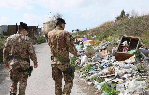 El ejército participa en una intervención contra tres vertederos ilegales en Giugliano, Campania, el 3 de marzo de 2015. (EFE)