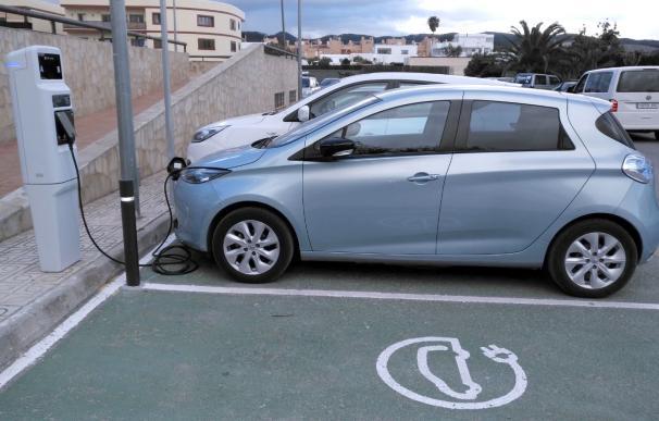 Eléctricas y gasolineras negocian alianzas en la recarga de vehículos.