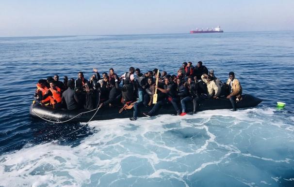 Migrantes en una patera