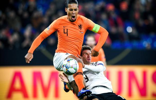 El alemán Thomas Mueller (d) disputa la bola con el holandés Virgil Van Dijk