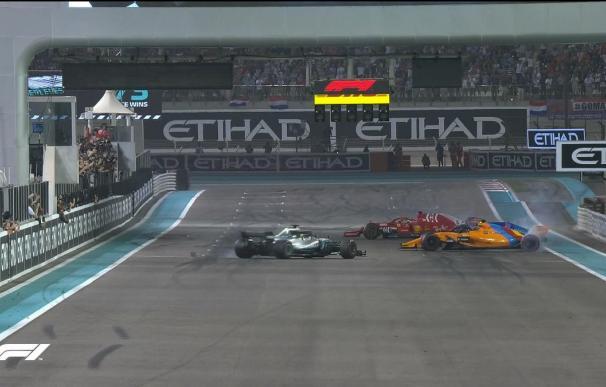 Tres pilotos, once campeonatos del mundo, haciendo rombos en la despedida de Alonso (Foto: F1)
