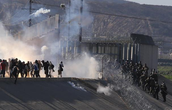EE.UU. usa gas lacrimógeno con migrantes que intentan cruzar la frontera