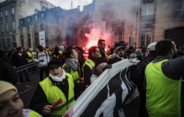 Manifestantes vistiendo chalecos amarillos marchan al Palacio del Elíseo, en París (EFE/EPA/IAN LANGSDON)