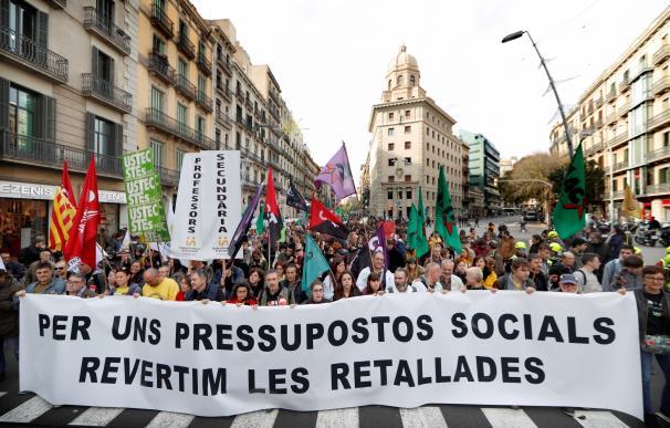 Médicos, estudiantes y profesores protestan por los recortes en Cataluña.