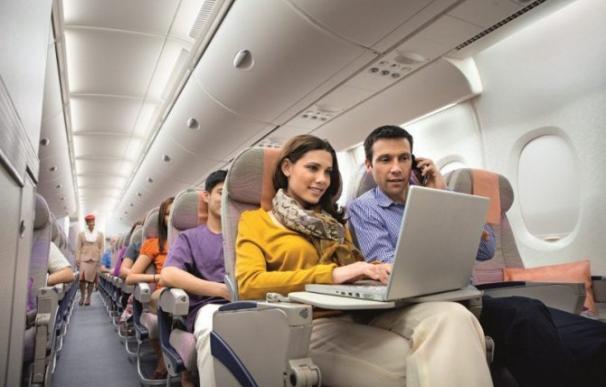 Pareja trabajando en un avión / EFE