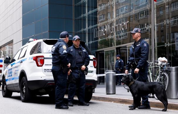 Varios policías montan guardia en el exterior del edificio evacuado de Time Warner, sede de la CNN