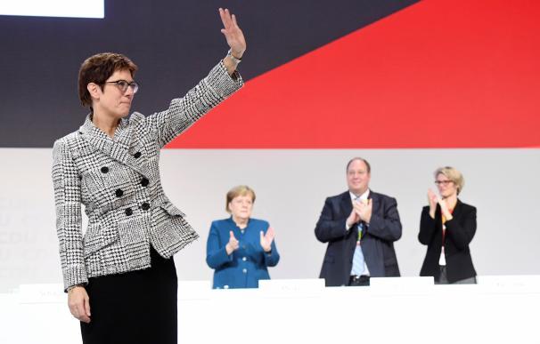 Annegret Kramp-Karrenbauer reacciona tras ser elegida como nueva presidenta del partido Unión Cristianodemócrata alemana (CDU). EFE/ Clemens Bilan