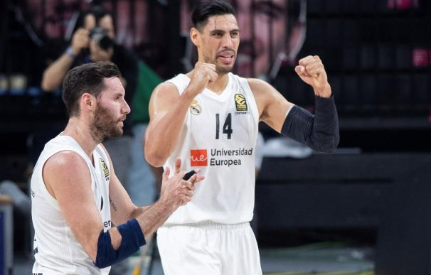 El pívot mexicano Gustavo Ayón (d) y el alero Rudy Fernández (i), celebran la victoria en el encuentro de Euroliga ante Anadolu Efes en Estambul. EFE/ Tolga Bozoglu