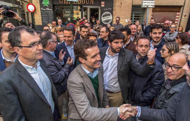 El presidente nacional del PP, Pablo Casado (c), que participa en un acto de su partido para presentar a sus candidatos en las elecciones de 2019 a la presidencia autonómica murciana (EFE/Cristóbal Osete)