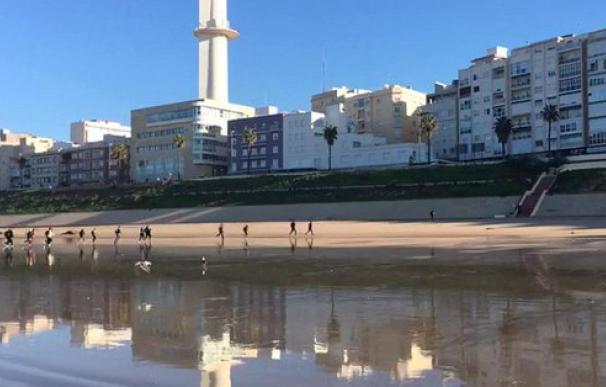 Los inmigrantes, a la carrera por la playa para entrar en la ciudad