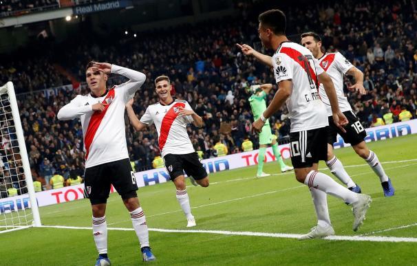 El centrocampista colombiano Juan Fernando Quintero (i) celebra el gol marcado a Boca Juniors durante el partido de vuelta de la final de la Copa Libertadores que River Plate y Boca Juniors juegan esta noche en el estadio Santiago Bernabeu de Madrid. EFE/